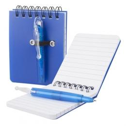 Notes s plastovým vrškem a kuličkovým perem, spirálová vazba. 60 stran.