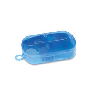 Kancelářská sada obsahuje držák na lepicí pásku, mini sešívačku, mini děrovačku, 300 sponek a lepicí pásku. V malé plastové krabičce.