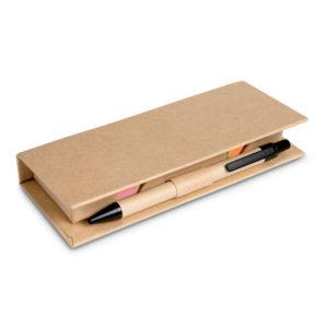 Kartonová krabička obsahující 2 balíčky barevných štítků na poznámky a 5 barevných značkovačů stránek. Sada dále obsahuje pravítko a kartonové modře píšící kuličkové pero.